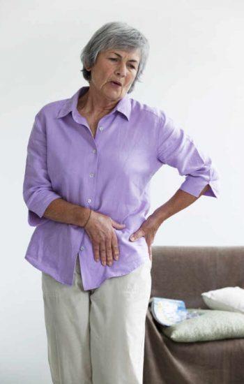 El principal síntoma del aflojamiento de prótesis de cadera es el dolor. Siendo este mecánico, es decir solo aparece cuando usamos la prótesis, siendo menor o asenté en reposo